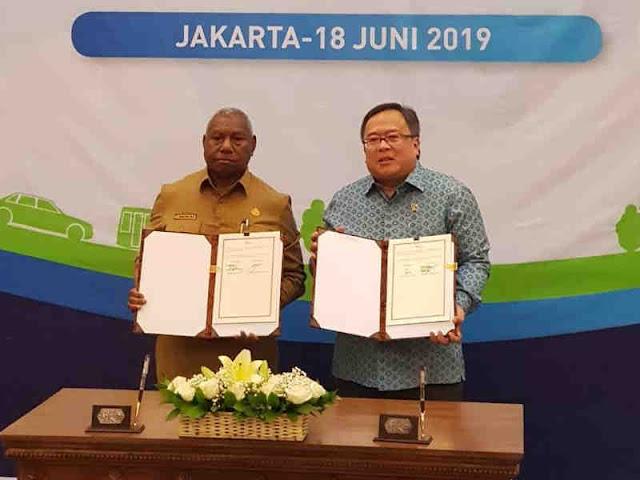 Dominggus Mandacan dan Bambang Brodjonegoro MoU Pembangunan Rendah Karbon di Papua Barat