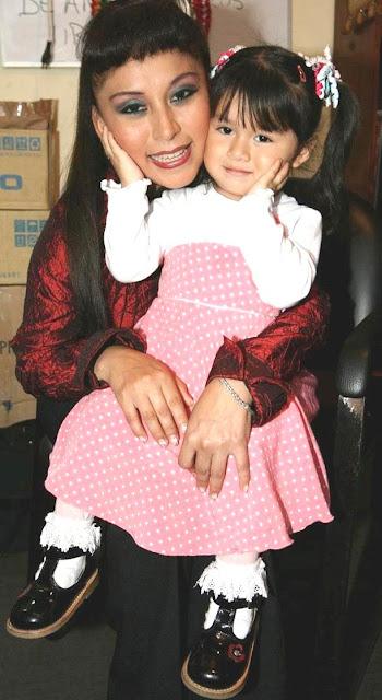 Foto de Anita Santivañez cargando a su pequeña