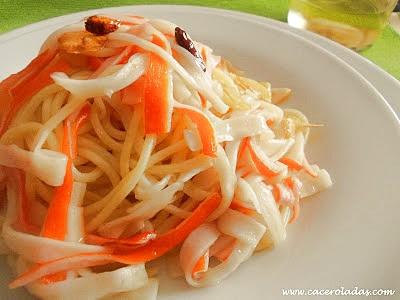Espaguetis con surimi al ajillo picantes