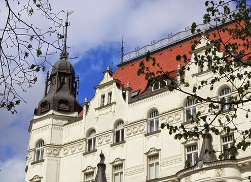 Jugendstil Prague | Happy in Red