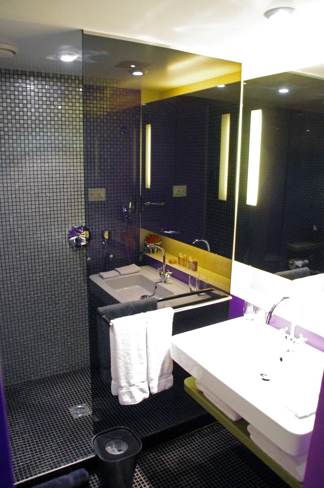 G&V Royal Mile Hotel Edinburgh Bathroom