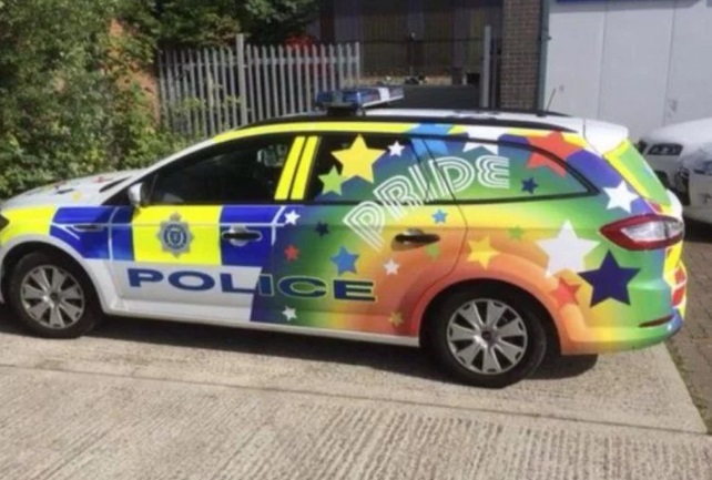 Polícia decora viaturas em apoio à Parada do Orgulho LGBT na Inglaterra