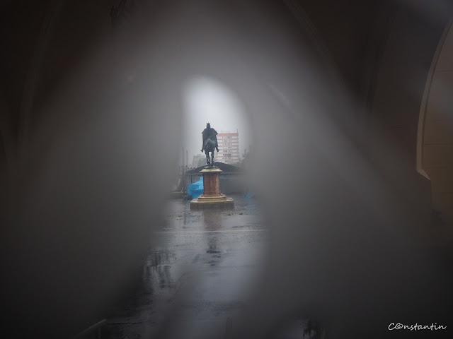 Statuia lui Stefan cel Mare - Fotografia printr-un vitraliu - blog Foto-Ideea