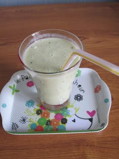 Smoothie banane kiwi et vanille dans son verre sur un plateau