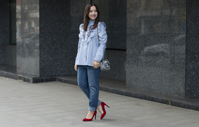 spring outfit boyfriend jeans and striped shirt