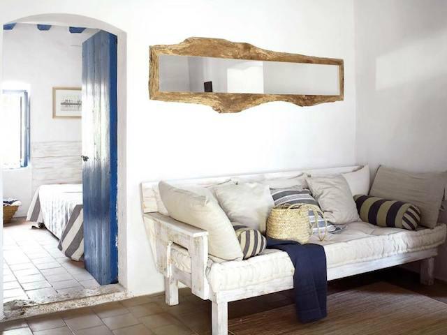 Salón rústico con sillón de madera
