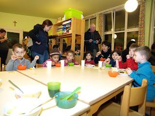 Kinderpunsch und Kürbissuppe im Kindergarten nach dem Martinszug