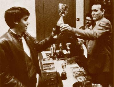 José Antonio Miralles recogiendo el segundo trofeo de Campeón del XIII Torneig Obert Festa Major de Sant Andreu de Palomar 1984