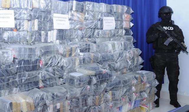 La Romana.- Dos ex coroneles y un ex asimilado militar fueron enviados hoy a juicio de fondo por un tribunal, tras ser acusado de permitir que un avión de matrícula colombiana ingresara al país por el Aeropuerto Internacional de esta ciudad con 625 kilos de cocaína y aceptar sobornos por más de RD$15 millones.