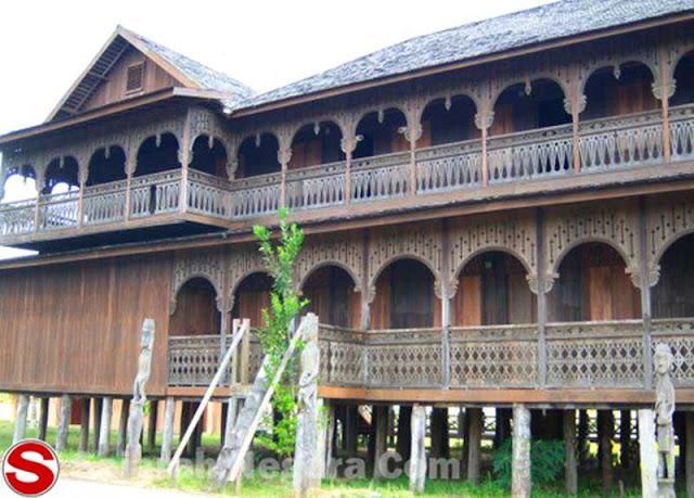 Gambar Rumah adat Dayak di Pulau Kumala Kalimantan Timur