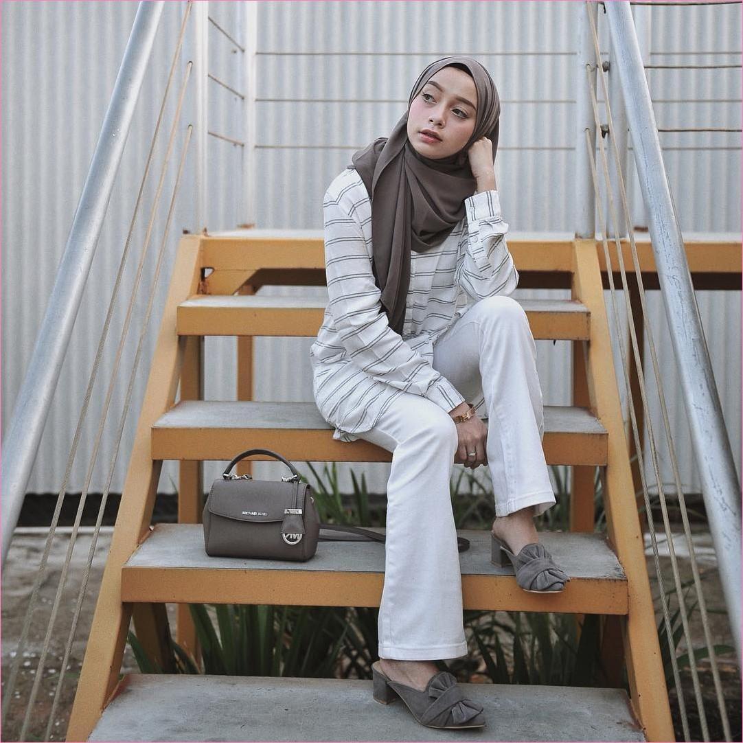 Outfit Kerudung Pashmina Ala Selebgram 2018 hijab pashmina diamond lace ups loafers and slip ons slingbags hijau army kemeja top blouse stripe hitam celana jeans putih ciput rajut jam tangan coklat cincin tangga kayu ootd trendy