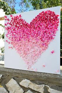 Panel con mariposas en formato corazón para photocall