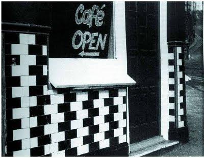 Eğriymiş gibi duran kafe fayans duvarı