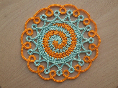 Crochet coaster with tatting edging - Sottobicchiere all'uncinetto con bordo a chiacchierino.