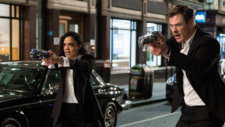 ليام نيسون كريس هيمسوورث في فيلم رجال في الملابس السوداء 4