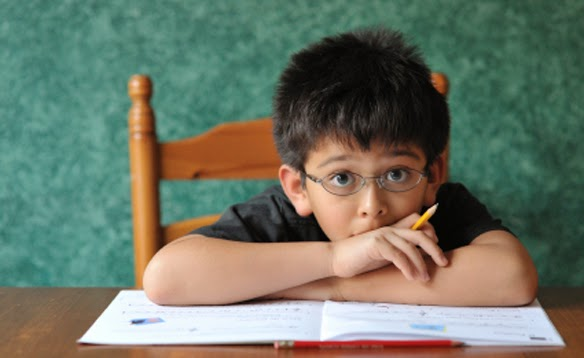 كيف تساعدين طفلك على التركيز بواجباته المدرسية؟
