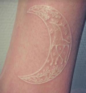 tatuaje blanco luna