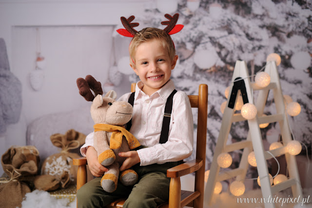 chłopiec pozuje do zdjęcia świątecznego z reniferkiem w Lublinie