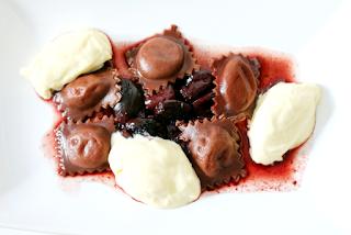 Schokoladenraviole, weiße mousse au chocolat, Kirschkompott | Arthurs Tochter Kocht by Astrid Paul