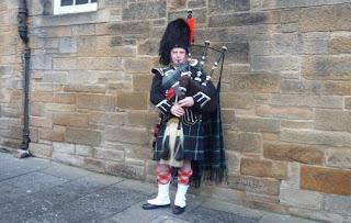 Falda escocesa (Kilt) y gaita, típico de Escocia.