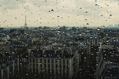 Giờ này anh đang làm gì? Anh có bị ướt mưa như em không?…