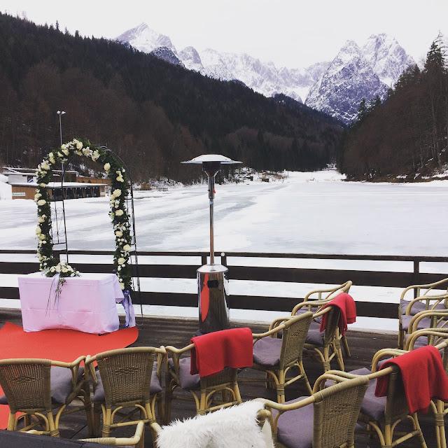 Trauung in den winterlichen Bergen am See, Eisblau und Leuchtrot, Winterhochzeit in den Bergen von Bayern, Riessersee Hochzeitshotel Garmisch-Partenkirchen, Winter wedding in Bavaria, Germany