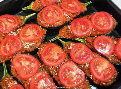 na brytfannie nadziewane bakłażany mielonym mięsem pomidorami