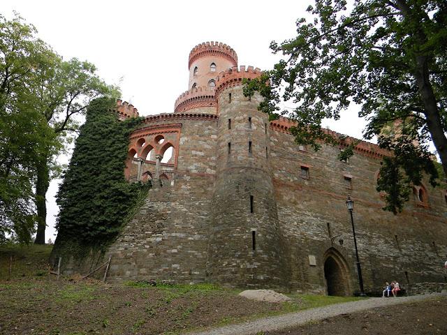 Pałac jest położony na wzgórzu i otoczony jest zabytkowym parkiem.
