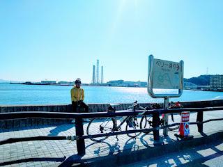 久里浜の海と相方と自転車とペリー通りの標識