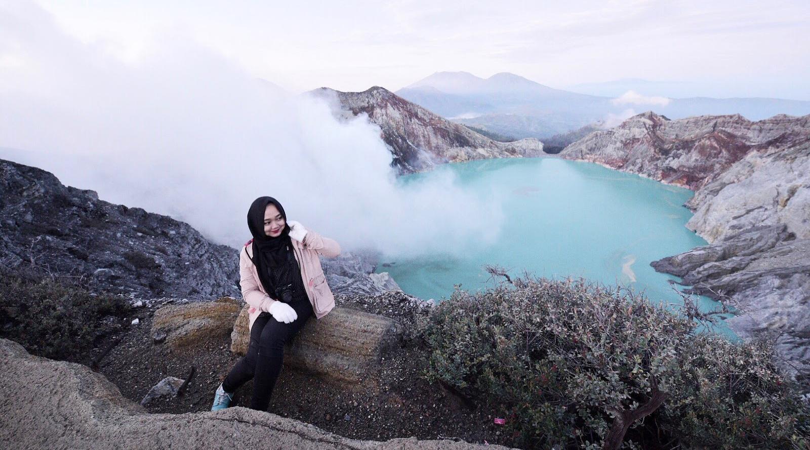 wisata indonesia vs luar negeri cewek cantik dan manis di kawah ijen pakai jilbab
