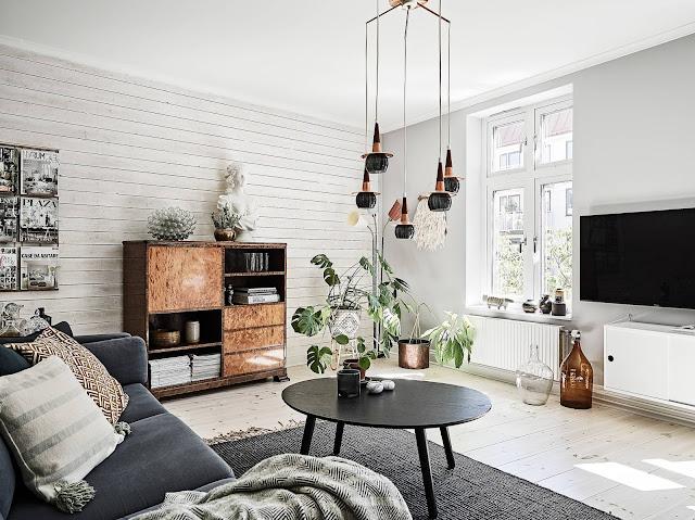 Pereți îmbrăcați în lemn în living și dormitor