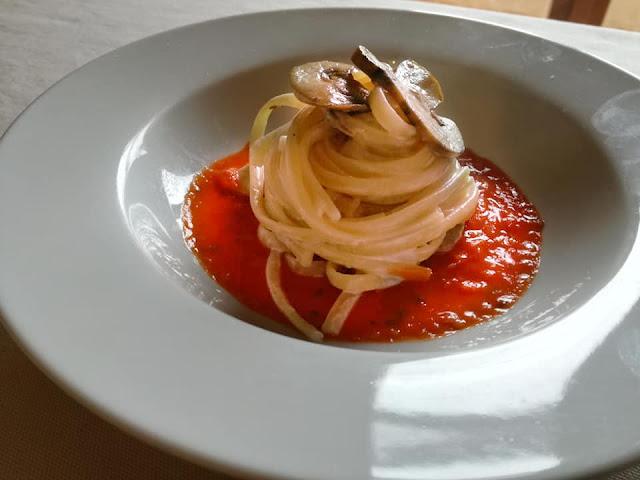 Linguine ai funghi champignon con crema al cacio nero di Pienza e salsa al pomodoro