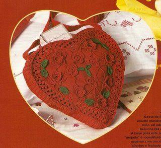 Bolsa de crochê em forma de coração