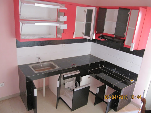 Contoh desain dapur warna pink