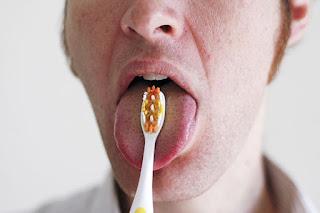 Sikat gigi di lidah juga