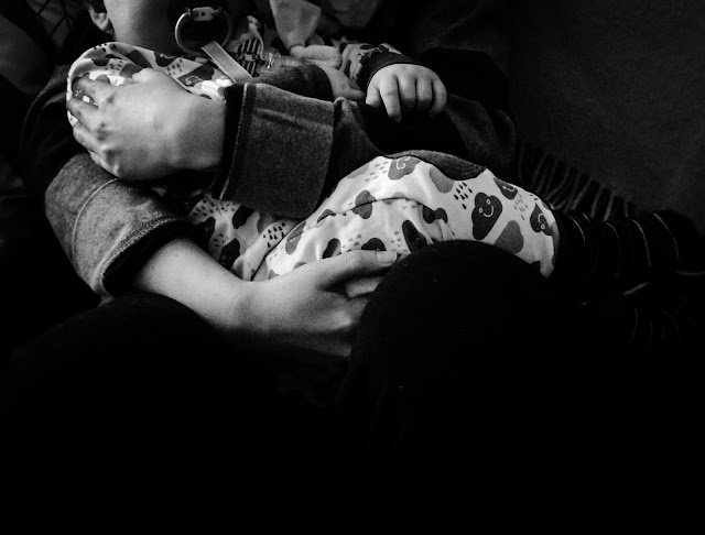 Saippuakuplia olohuoneessa. blogi, kuva Hanna Poikkilehto, lapsi, Taapero, syli, äitiys, äiti,