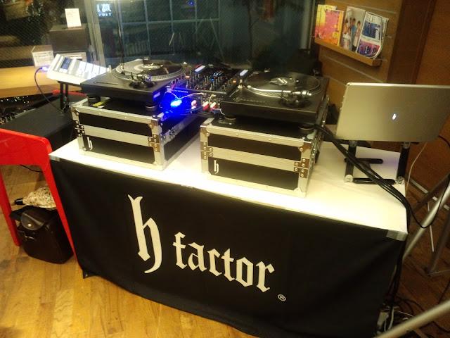代官山蔦屋でのライブにて。DJ hondaさんの機材セッティング模様です。