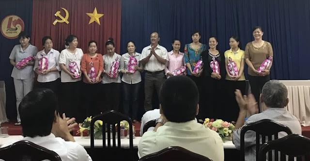 """Ngày phụ nữ Việt Nam (20/10), HLV trưởng Nguyễn Quốc Vũ được tặng bằng khen """"Người đàn ông điểm 10""""...?"""