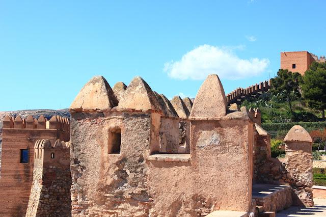 różowiejące w ostrym mury arabskiego zamku w Almerii