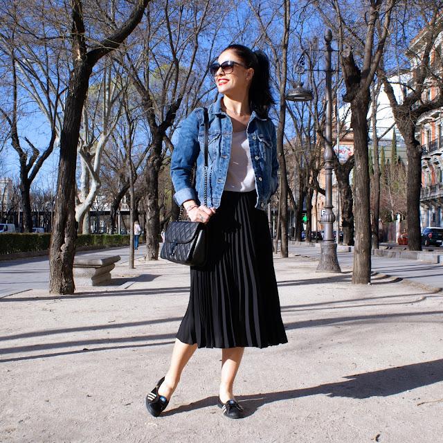 LOOK tendencia moda falda plisada y cazadora vaquera