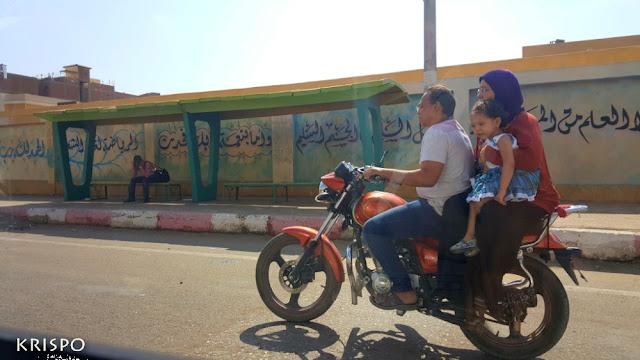 una familia encima de una moto en el cairo en egipto