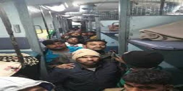 Bihar-nai-delhi-bhagalpur-express-me-dakaiti-kaii-yaatriyo-se-maarpeet