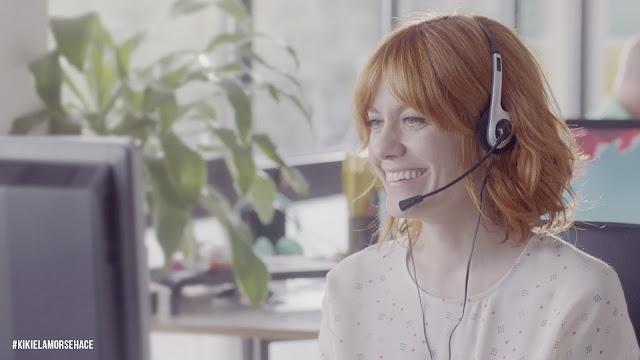 Imagen de Alexandra Jiménez en la película Kiki, el amor se hace, interpretando a una video intérprete de lengua de signos