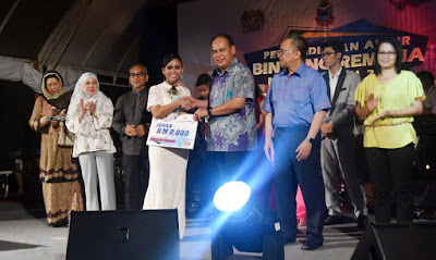 ADUN Sekong, Datuk Samsuddin Yahya Menyampaikan Hadiah