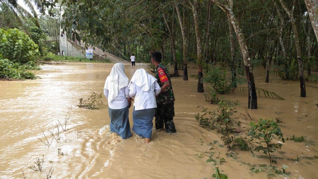 Babinsa 05/Padangbolak Bantu Para Warga Hadapi Banjir di Paluta