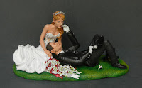 cake topper sposi sdraiati prato sculture torta matrimonio orme magiche