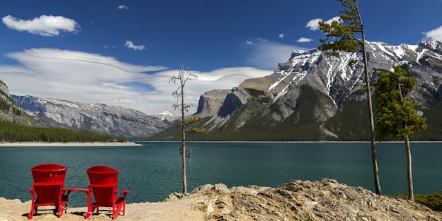 Sidde i Parks Canadas røde stole ved Lake Minnawanka, lige nord for Banff by i Banff National Park.