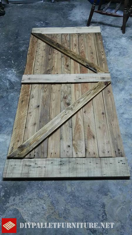 Puerta hecha con tablas de palets for Puertas de palets