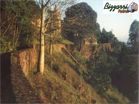 Para fazer a construção desse castelo de pedra, e criar um grande platô, executamos a construção do muro de arrimo com pedra moledo com 700 m de comprimento e até 12 m de altura.