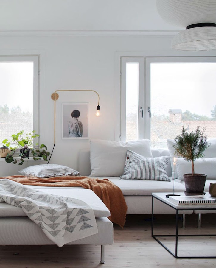 Una casa familiar muy fan del rosa y el verde: Salón con gran sofá blanco
